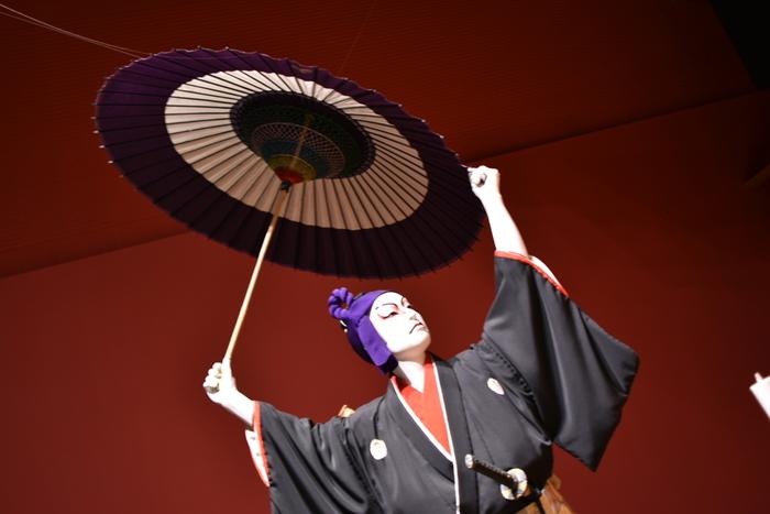 """そんな歌舞伎を、実際に鑑賞したことがあるかというと……「興味はあるものの、劇場で歌舞伎観劇するのはちょっと」と、躊躇してまだ行けてない方が多いのでは。日本では、歌舞独特の表現方法や世界観に対し「敷居の高い世界」というイメージを持つ方が少なくありません。  しかし一方で、""""歌舞伎女子""""という言葉が生まれるほど、若い女性たちが歌舞伎にハマるという現象も。もしかすると、あなたも歌舞伎の魅力を知れば、新しい世界が開けるかも!  近年、若い歌舞伎役者たちの活躍が目立ち、若い層から年配層まで、幅広いファンを魅了する「粋なエンターテイメント」として再注目されているのです。"""