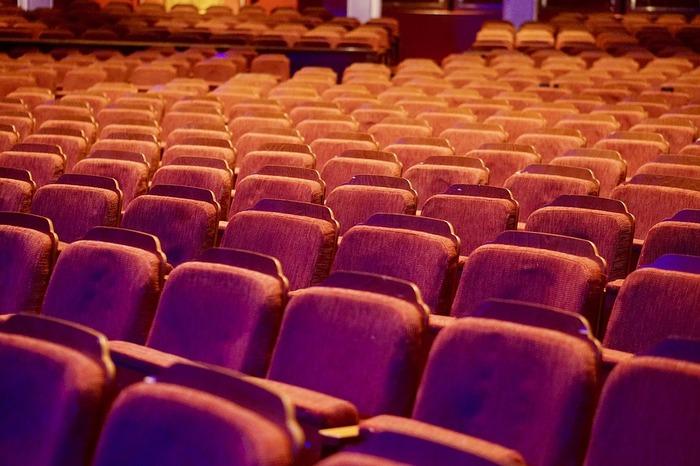 歌舞伎の劇場で観劇するなら、まず、事前に「座席の種類」をおさえておきましょう。 一例ですが、歌舞伎座では、一等席(1階、2階の前方席 18,000円)、二等席(1階、2階の後方席 14,000円)、三階A席(三階前方席 6,000円)、三階B席(三階後方席 4,000円)が基本的な座席の種類となっています。  その他にも、ボックス席となる桟敷席(20,000円程度)や、一幕だけ観劇できる幕見席(1,000~2,000円程度)が用意されています。  歌舞伎の座席の種類によってチケットの値段が大きく変わってくるので、歌舞伎初心者の方には予算にあった座席を選ぶのもおすすめです。