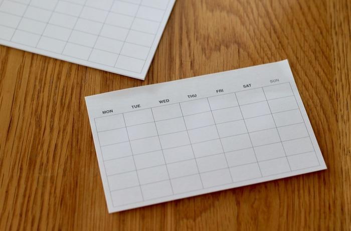 日付を自分で書き込むスケジュール付箋は、何月からでも使い始められ、目につくところに貼っておけるのがメリット。仕事や勉強の計画を書いてノートに貼ったり、献立を書いて冷蔵庫に貼っておいたりと、いろいろな使い方ができます。