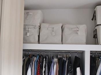 ふた付き、ふたなしが選べる、布製のソフトボックス。やわらかな見た目以上に、ハリのあるしっかりとした作りです。布製で軽量のため、シーズンオフの季節ものを入れて、クローゼットの枕棚に収納するのに適しています。