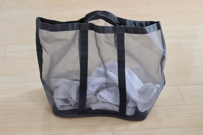 軽量で折りたためるメッシュランドリーバスケットは、メッシュ素材で通気性のよい洗濯物入れです。中身の量がひと目で見て分かるため、洗濯のタイミングを逃しません。持ち手つきで持ち運びがしやすく、アウトドアやジム通いにもよさそうです。