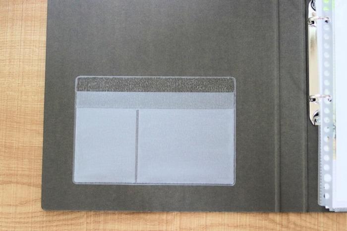 カードサイズとハガキサイズの2種類がある、ポケットシール。手帳やノートに貼って、付箋やシール、名刺、ポストカードなどを収納したり、スマホケースに貼って、交通系ICカードや買い物メモを入れておいたりするのに便利です。
