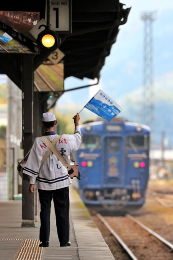 人吉駅は、熊本から人吉までを走る蒸気機関車「SL人吉」が有名。駅弁を首から提げて販売する売り子さんの姿も有名なので、ぜひ売り子さんから駅弁を買ってみてくださいね。