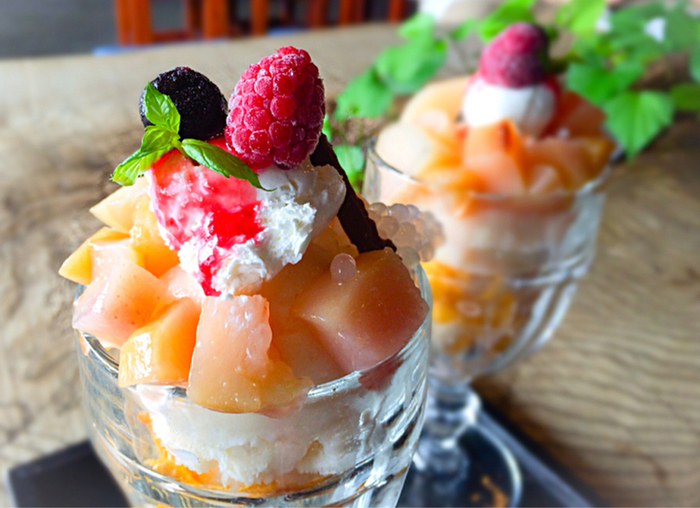 桃のシャーベットやコンポートがたっぷり入っている「桃のフローズンパフェ」。ソースもアイスもお店で手づくりされたものを使っています。収穫が終了するまでの期間限定メニューです。