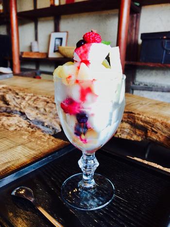 桃太郎伝説でも有名な岡山は、明治初期から本格的な桃の生産をはじめたそう。上品な甘味と香りをもつ「清水白桃」は岡山を代表する品種です。江戸時代後期に建てられた町家をリノベーションした「三宅商店」では、岡山の季節の果物を使ったパフェが食べられる人気店です。