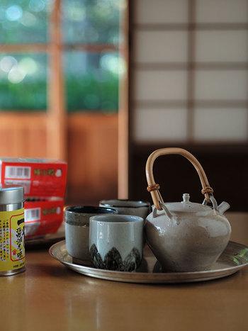 和食器は食卓以外にもお茶の時間にもよく合います。特に陶器のほっこりとしたぬくもりが感じられる丸湯呑は、和室や縁側で叔母や叔父と一休憩する時にぴったりです。