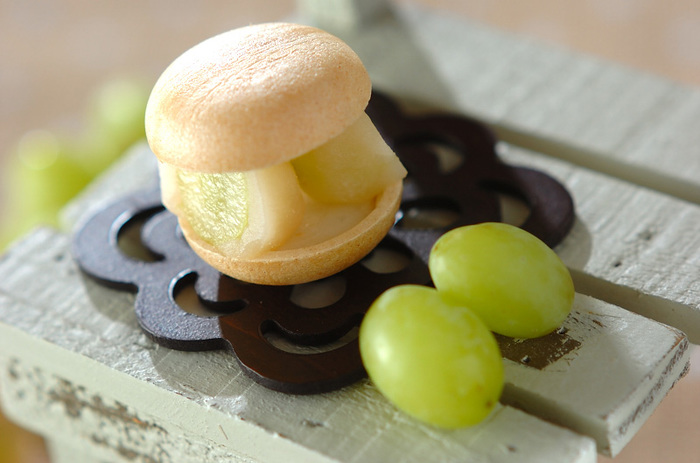 ぶどうを使った和菓子はいかがですか?こちらは白あんで包んだぶどうを最中で挟んで仕上げます。フライパンで作った白玉を挟むことでモチっとした触感が楽しめます。
