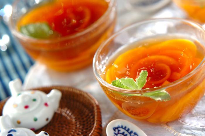 バラのように並んだ桃が素敵なこちらのゼリー。なんとウーロン茶でつくっています!キビ砂糖を混ぜたウーロン茶のゼリーなので、さっぱりとしてお口直しにもぴったりのデザート。透明のグラスやカップを使うと、断面まできれいに見えて華やかに仕上がります。