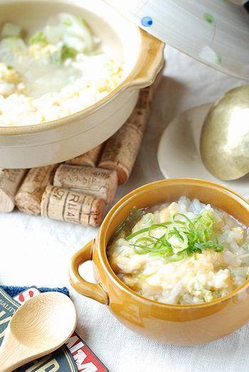 白だしを使った卵雑炊です。あっさりとしながら、白菜やエノキ、ネギなど具もたっぷりと入っているので、食べごたえ抜群です。