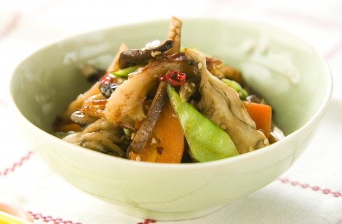 舞茸、にんじんや絹さやなどの野菜、ちくわをきんびらに。おかずやお弁当はもちろん、おつまみにもなるひと皿です。時短なので、忙しいときにもいいですね。