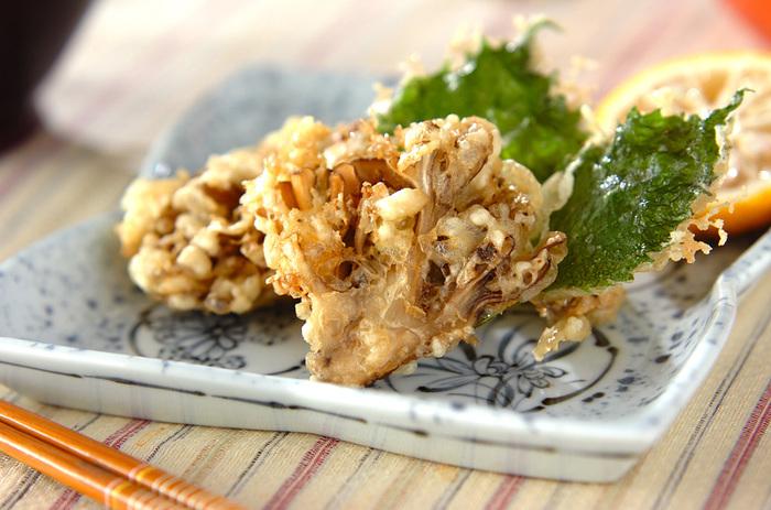 舞茸は、天ぷらにすると歯応えもよく、贅沢な秋の料理として楽しめます。塩と柚子でさっぱりと。日本酒が合いそうな、香りとうまみの旬味です。
