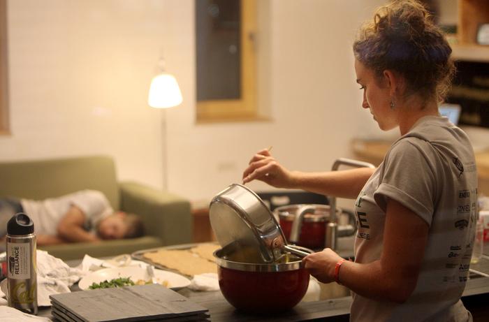 鉄鍋は、初めて使う前には「油ならし」を行います。 買ったばかりの新しい鉄鍋に、油をなじませることで、錆びにくく食材を焦げつきにくくなります。このひと手間が、とっても大切です。