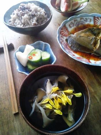 菊の花がより秋を感じさせてくれる上品なお吸い物。舞茸は、加熱時間が長くなるほど黒い汁が出てきますので、食べる直前に仕上げるようにしましょう。