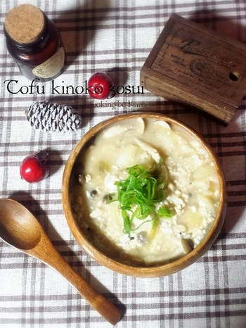 味付けは、めんつゆのみの簡単レシピ。お豆腐ときのこという常備しやすい食材でパパっと作れるのもポイントです。 ほろほろとくずれた豆腐と雑炊がからんでまた美味しい♪