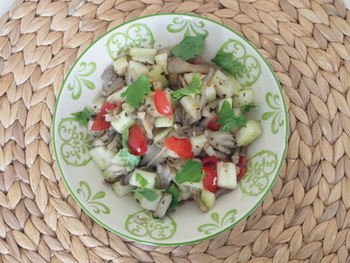 舞茸は、洋風サラダにもよく合います。こちらは、じゃがいもとセロリと炒めた舞茸のサラダ。バジルやセロリの葉なども散らし、彩りもきれいですね。よく冷やして召し上がれ。