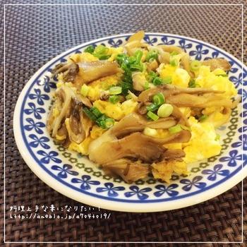 舞茸の香りとふわふわ卵の優しい味が相性抜群の炒め物。あっという間にできますが、とても充実した副菜になりますね。