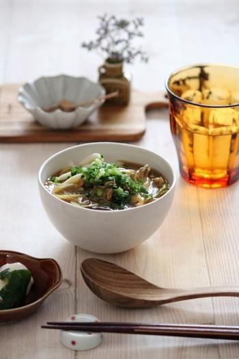めんつゆとカレールーなどを使って、簡単にできる舞茸のカレーうどん。舞茸で煮汁が黒くなっても、カレーならば気になりませんね。