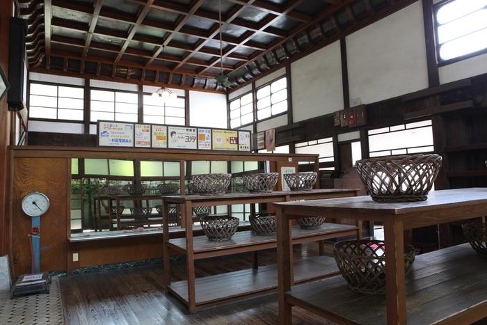 昔懐かしい竹で編んだ脱衣籠がならぶ脱衣所。見上げれば立派な折上げ格天井が施されています。昭和初期の人たちは、なんとも贅沢な空間でお風呂を楽しんでいたんですね。