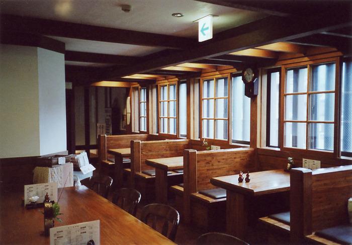 江戸東京たてもの園が位置する小金井市にちなみ、地元・武蔵野の伝統の味を伝える手打ちうどんや日替わり弁当が食べられるお店です。