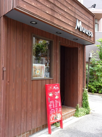 水道橋駅から歩いて10分程度、または神保町駅から徒歩5分ほどの距離で錦華通り沿いにある「Muusa(ムゥサ)」です。店内は落ち着いた雰囲気で、おひとりさまも多く訪れているようです。