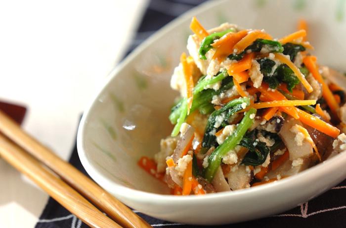白和えと聞くとなんだか難しそうなイメージがありますが、基本的には材料を切って、木綿豆腐を合わせるだけ。ニンジンを入れれば、ほうれん草と一緒に彩り豊かな副菜に。