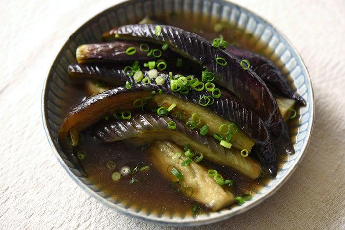 ご飯にもよく合うこちらのなすの煮びたしは、揚げずに作るレシピ。少し多めの油で、キレイな紫色になるまで焼いたら、合わせ調味料を入れてぐつぐつと煮ればできあがり。保存容器に移して2~3時間味をしみ込ませるのが、さらに美味しくするポイントです。