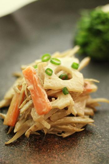お店の惣菜としても人気のごぼうサラダに、れんこんをプラス。シャキシャキ食感がさらに増して美味しさもアップ♪マヨネーズで和える前にしっかりと下味をつける、味わい深い一品です。