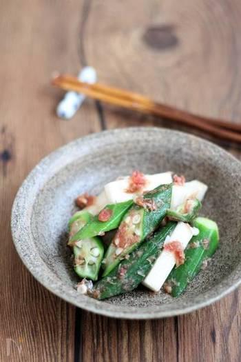 山芋の種類の中でも、長芋は水分が多めで粘り気が少ないのが特徴。夏野菜のオクラと一緒に、季節感のある和食に仕上げましょう。ほぐした梅干しで酸味を加えるので、さっぱりした味になります。