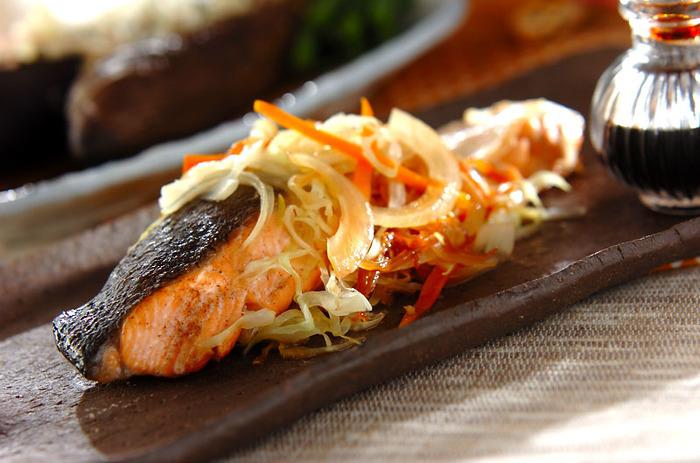 シンプルな焼き鮭も美味しいけれど、野菜をたっぷりのせた蒸し焼きで違った味わいに♪少し洋風テイストのあるおしゃれな一品に、食卓が華やぎます。