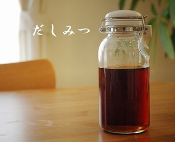 """卵料理や煮物など和食に重宝する「だしみつ」は、""""蜜出汁""""とも言われる甘味調味料で、料理に甘さが欲しいときに、だしみつを使うと深みのある味わいを出すことが出来ます。"""