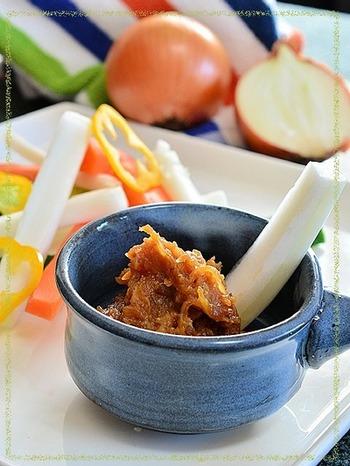 じっくりと飴色になるまで炒めた玉ねぎを味噌や日本酒などの調味料と合わせて作る「玉ねぎ味噌」。野菜を付けてディップにしたり、料理に使ったり…使い勝手が良く、コクのあるので隠し味として使うのもおすすめです。