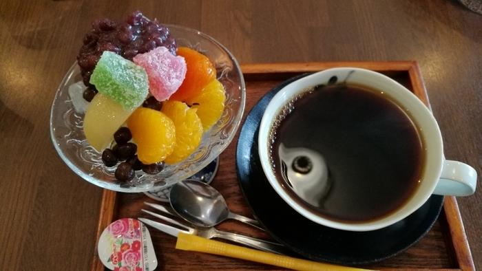 こちらはミニあんみつと飲みものがセットになった「桜セット」。ミニといいながらもフルーツやあんこがたっぷりのっていて贅沢なひと品です。丁寧に淹れられたコーヒーも香り高く、ミニあんみつにぴったりの美味しさ。甘いものをひと口いただきたいけれど…という時にぴったりのセットです。