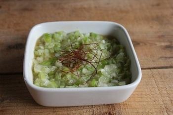 たっぷりの刻みねぎを使った「ねぎ塩だれ」は、一度食べると病みつきになる美味しさです。お肉にかけたり、野菜と和えてサラダにしても◎意外と使い勝手がいいので作り置きしておくと便利です。