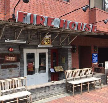 本郷三丁目駅から徒歩約3分、後楽園駅からも徒歩10分ほどのところにある、老舗ハンバーガー店「ファイヤーハウス (FIRE HOUSE)」。アメリカンダイナーのような外観と店内がおしゃれです。とっても人気のお店なので、土曜日や日曜日は並ぶのを覚悟してくださいね。
