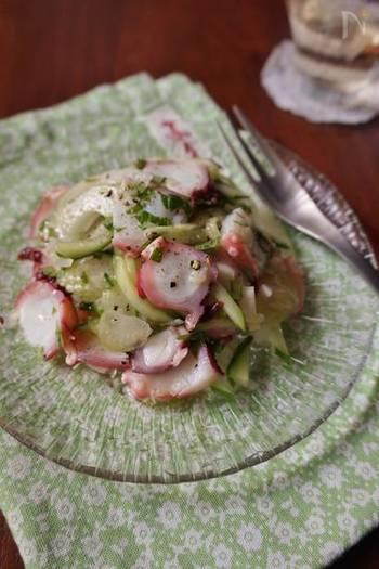 タコときゅうりにねぎ塩だれを和えたサラダのレシピです。冷蔵庫で少し馴染ませるとより美味しくなります。他にもお刺身にトッピングして、カルパッチョ風にしても◎