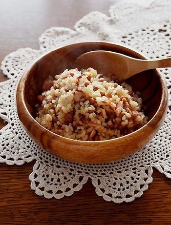 冷蔵庫によく入っている納豆もチャーハンにアレンジしてみませんか?納豆は水で洗って粘りを取るのがポイント◎カリカリに炒めた納豆は香ばしく、意外な味に出会えます。