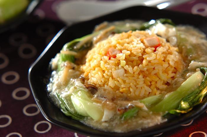 お店で食べるとお高いフカヒレのあんかけチャーハンも、 市販のフカヒレスープを使えば、お家で高級中華風を楽しめます♪チャーハンの周りにあんを盛り付けることで、パラパラととろ~り、両方の食感が味わえます。