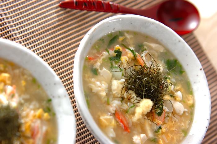 かにの他、大根、エノキ、卵と具だくさんで食べ応え十分。最後に黒酢をかけて、コクと酸味をプラス。さっぱりとしたかに雑炊です。