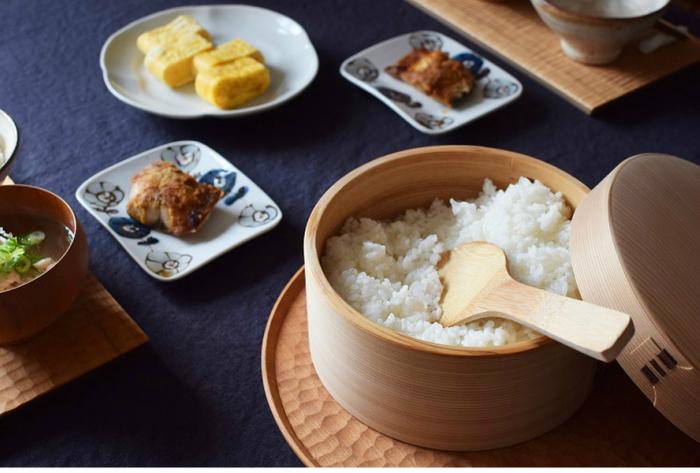 日本で古来より使われてきたおひつという道具。炊飯器で保温しておくよりもおひつに移す方が圧倒的に美味しいご飯をいただけるようになります。これは、おひつがご飯の荒熱をとって、味を引き締め、余分な水分を吸って均一なご飯の状態にしてくれるためです。おひつから盛りつけるご飯も風情があって素敵ですよね。