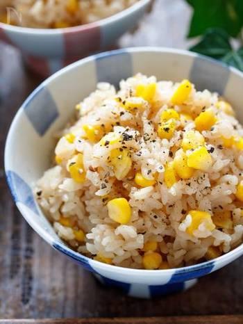 フレッシュなとうもろこしを使って作るとうもろこしご飯には、バター醤油をあわせて。仕上げに粗挽き胡椒を挽くとちょっぴり大人の味わいになります。子どもには胡椒なしバージョンにしてあげると喜びます。
