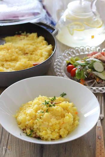 サフランの香りがする濃厚チーズリゾットはちょっぴり大人のお味。ワインにもよく合うコク深いお味でおもてなしにもぴったりです。