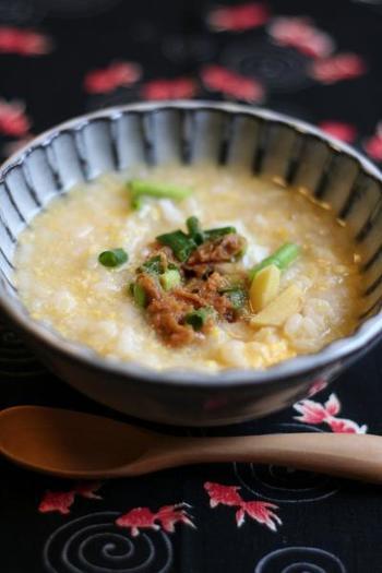 味噌と生姜、ねぎの香りがたまならい雑炊のレシピです。味噌を少しずつ溶かしていただけば、食欲のないときにもさらっと喉を通りそう。