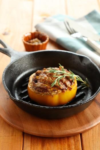 肉厚のパプリカをカットして作る肉詰めは見栄えがよくて、とても豪華な雰囲気です。グリルパンで焼き目をしっかりつけてあげると、より美味しそうに見えますね。