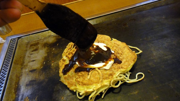 ソースもマヨネーズも自分の好みで着けられるのが、自分で焼く楽しみの1つ♪「ジュワーっと鉄板に垂れていくのが、また美味しいねん!」
