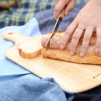 刃先が丸くてやさしいフォルムなのに、切れ味抜群のナイフ。テーブルの上に置いてパンやフルーツをカットする時にも、物々しくならないデザインです。また、バターナイフの代わりにもなるので1本で2つの役目を果たします。