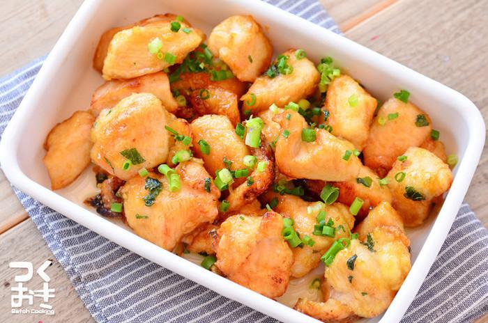 美味しさを何倍にもしてくれる薬味。こちらのレシピは、にんにく、大葉、わさびの入ったソースを絡ませたレシピ。ボリュームがあるので、ホームパーティーの持ち寄りにするのもいいかも♪むね肉は、フォークで穴をあけ、砂糖と塩を順番にもみ込むのがやわらかくするポイントです。