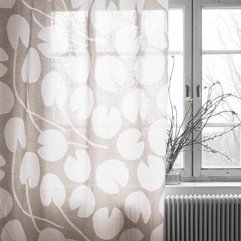 ふんわりとやわらかな布を使ったカーテンは、すこし儚いイメージ。風になびくカーテンに心がきゅんとときめきます。
