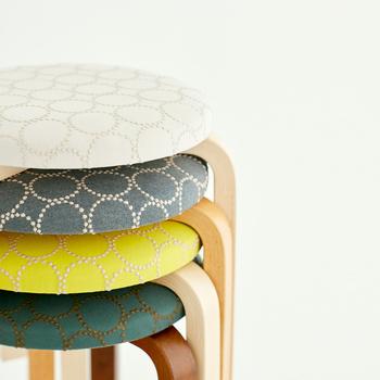 ミナペルホネンのtambourine(タンバリン)は小さなドットで描かれた円が連なるスタイリッシュなデザインです。バッグやお洋服でもよく使われる布地ですが、スツールにするとインパクトのあるインテリアになります。