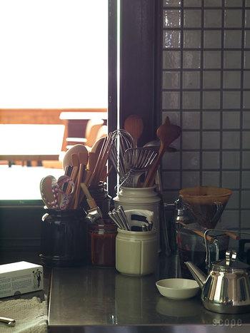 そのほか、キッチンキャニスターに立てかけるのもおすすめ。料理中にパッと手にとりやすいところにおいておけば、お料理がもっと楽しく快適になるはず♪