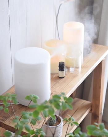 リラックスするにはやっぱり素敵な香りに包まれたいですね。でも、気をつけたいのは香り疲れをしないことです。玄関も、リビングも、自分にもといろんな香りが溢れてしまうと、刺激が多すぎて疲れてしまいます。自分の今日の気分に合わせた香りを選んだら、他の香りはお休みさせて香りの引き算をすることも覚えておきましょう。